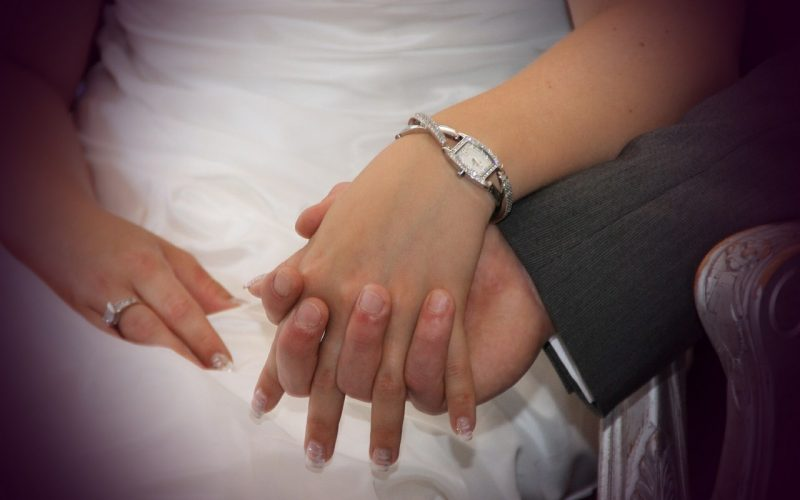 holding-hands-411429_1280